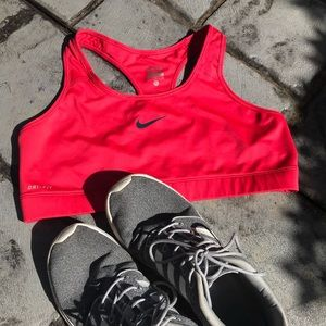 Like-new red Nike sports bra🌹